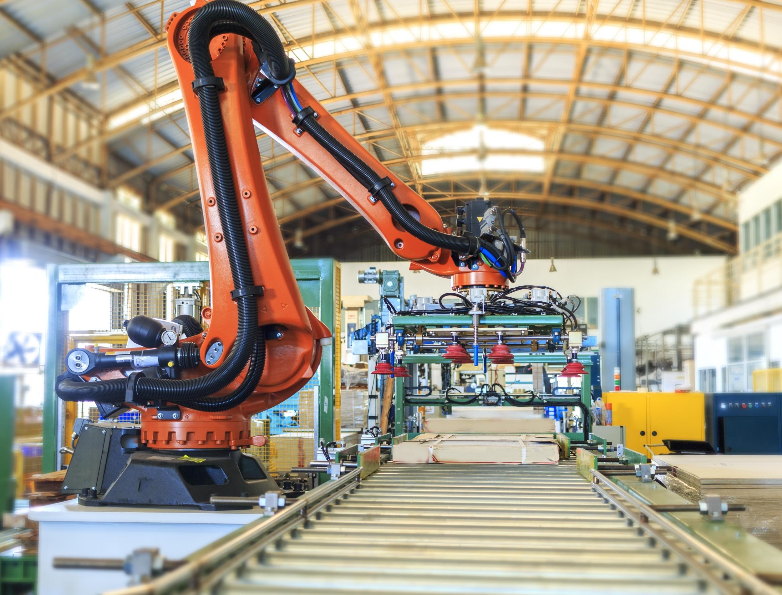 shutterstock_738303799-industrial-robot-in-smart-factory.jpg